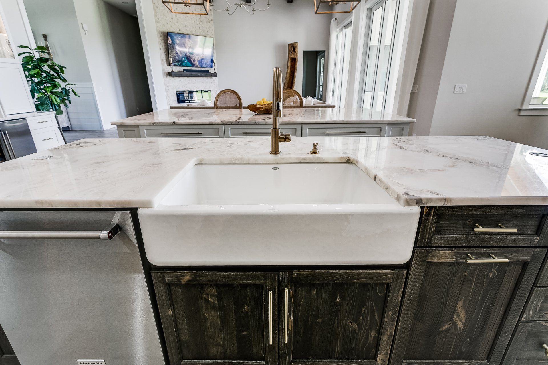 Large farmhouse sink in center kitchen island